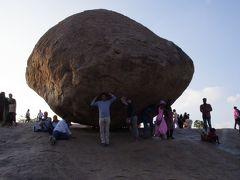 クリシュナのバターボールです。昔王様が象に引っ張らせても動かなかったという代物。