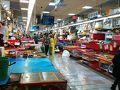 歩いてチャガルチ市場へ。 立派な建物の1階に市場があります。  中を通りたかったのですが、客引きされそうで断念 2階は飲食スペースになっていて、1階で買った魚を料理して食べられるようです。