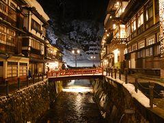 温泉街の夜景。 川のライトアップを中心に。