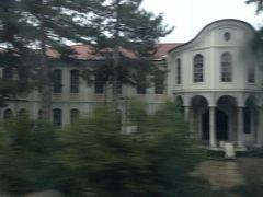 車窓から見えた民族復興博物館。