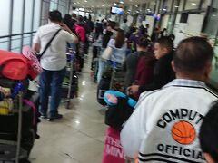 マニラ、ニノイアキノ空港ターミナル1 チェックイン前の入り口での保安検査の行列