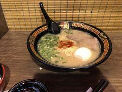帰りに空港内でラーメンを。日本で食べたいものの一つです。