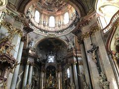 中に入ってみると荘厳な雰囲気の教会。