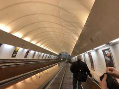 地下鉄のホームはとても深いところにあります。永田町駅の半蔵門線ホームに降りるエスカレーターどころじゃない長いエスカレーター。しかもスピードが早ッ!(`0`;) 足を滑らせたり、タイミングを誤ると奈落の底まで転がり落ちそう……。怖ッ!
