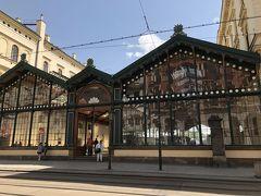 さて出発です。4日目にして、初めて地下鉄やトラムで移動しようと思い、地下鉄の駅に向かいます。途中、鉄道の駅を通りかかったので、覗いてみましたよ。 Praha Masarykovo nadr駅という駅のようです。ガラス張りの駅舎がなかなかステキです。