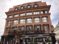 さて市民会館の次は、お茶でもしようということになり、黒い聖母の家にあるグランド・カフェ・オリエントへ。この建物の外観はプラハの街中では割とフツーな感じですが、どっこい中身はまた個性的な感じです。