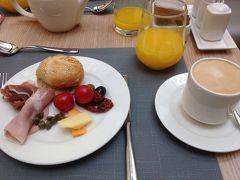 では本日も朝食からでーす。