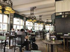 2階にあるグランド・カフェ・オリエントの店内も、随所にキュビズム様式のデザインが施されています。