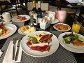 前日は早寝したので、お腹が空いて起きた朝!ヒルトンバルセロナの朝食は、生野菜が置いてあったので嬉しかったー?これ以降、宿泊ホテルで生野菜が置いてあるホテルはなかったんです…。ヨーロッパのホテルはパンの種類は豊富だけど、野菜が少なめ…ヨーロッパの人はサラダ食べないの…? 飲み物は生搾りのオレンジジュース、朝からcava飲み放題!!!と嬉しい❤?笑   この日は朝早くからモンセラットに行く予定でしたが、雨がかなり降っていたので中止に…。時間があったら行きたいなーと思っていたピカソ美術館、翌日予約しているサグラダファミリアを予習のため(笑)見に行くことにしました。夜は念願のカンプノウでFCバルセロナの試合観戦です!!!