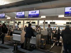 AM8:00過ぎ... 羽田空港カウンターでいつものチェックイン... と思ったら、預入荷物の内容など色々聞かれる。搭乗券に青いシールを張られる… アメリカ路線であることを実感
