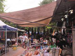 【朝市】  夜は屋台があるあたりも、 朝はマーケットなのです