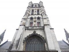 聖バーフ大聖堂。 12世紀に建造開始、16世紀完成。塔は1569年に完成。 数世紀をかけて建造された為、様々な建築様式が見られる。