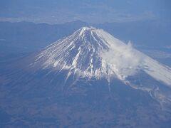 12:15羽田出発。 富士山を見るため窓側の席をゲットし、きれいな富士山を堪能。 毎年お決まりの一枚。