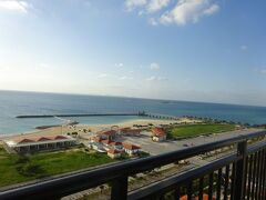 オーシャンビューのお部屋からは美々ビーチが見えます。