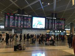 土曜の朝、東京シャトルで成田空港第一ターミナルに移動 ANAの自動機でボーディングパスをゲットしたら出国手続き 凄く並んでいましたが、スタアラゴールドはすいてて、こんな時ほんとありがたいです
