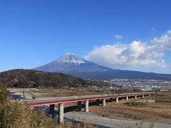 秦野駅で待ち合わせして出発! 目指すは駿河湾と富士山が一望できる薩埵峠へ!  ビューント走って富士川サービスエリアに到着♪ここのスマートインターで降りる前に富士川と富士山が見える絶景ポイントへ。すこぶる快晴!!  友人がこの高速道路が鉄道の橋だったら…と呟く。 納得し一点見つめゆっくり何度もうなずく私(笑)