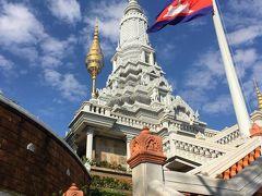 急な階段を上ると白い仏塔と展望所があります