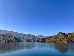 県境の六十里越を過ぎ、田子倉湖が現れました。 雲ひとつ無い青空のもと、きれいな湖を見ることができました。