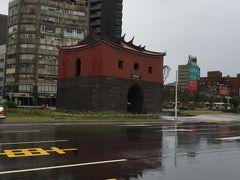 次の日も雨です…道路の雨わかりますよね…  タクシーから北門撮影の写真しかありませんでした  雨なので撮影はやめて、龍山寺にお参りの後は買い物ざんまいでした…