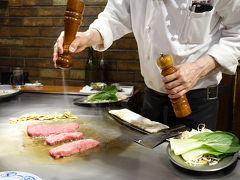 さて、神戸についてまず立ち寄ったのは 「ステーキランド神戸館」 三宮駅から徒歩1分、あちこちに大きな看板があったので迷わず行けます。  こちらは目の前の鉄板でシェフがお肉を焼いてくれて、 なおかつお手頃な値段で神戸牛が食べれると聞いてやってきました。  平日だったので予約なしでも入れましたが次々とお客さんが入ってきて とても賑わっていました。