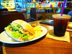 二日目です。朝食は、ホテルの近くのショッピングセンターのカフェにて。ちょーーーボリューミーなチキンサンドとコーヒー。(食べきれなくて残しました)