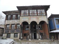 最初の見学先はオスレコフの家。 豪商オスレコフが1856年に建てた屋敷です。 本当は右側にも延ばして左右対称にしたかったそうですが、隣のお宅が土地をどうしても譲ってくれなかったそうで・・・