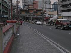 中華な門が見えてきた。