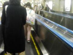 10:16 東京へ無事定時到着 少し帰りの指定席の空きに 不安があるので 東京18:56発の指定を取ります また二号車 そして京葉線へ この長い歩く歩道 すんごく思い出あります 今から20年以上前 出張で来たのに TDLで 遊んで帰ったんだよね 新幹線最終に間に合う為に 必死で走ったわー  当日一緒に帰った仕入れ担当と 並んで新幹線に座って 私の買ったビール デカいんで驚かれたんだっけなー ここ通る度 思い出すわー