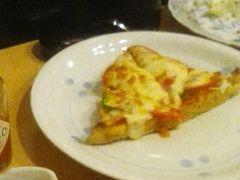 三角あぶらげのピザ あぶらげがサクッとしててチーズがとろり ビールに合います TVで取材を受けたメニュー なんですって