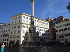 トレヴィの泉から10分ほど歩くと、スペイン広場に到着です。