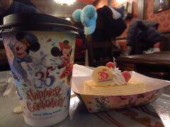 ティーブレイク。35周年のデザートとカップ。 そして、早めの昼食(カレー、写真はありません)。