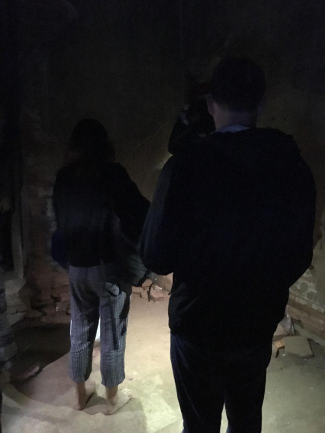 遺跡保護の観点から今、パガンではパゴダに登ることは禁止されているはずだ。<br />しかしマリオさんが案内したのは、登れるパゴダ。<br />そんなのあるんだ。<br />靴を脱いで冷たい石を歩きながら、上に向かう。<br />靴を脱ぐのは礼儀だから仕方ないが、朝はきっついのう。