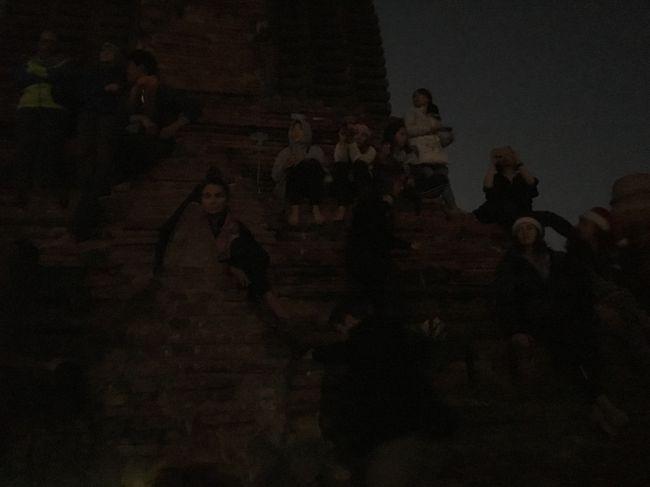 6時過ぎ、パゴダの屋根の上に到着。<br />もうたくさんの人がいる。<br />結構早くから来て皆さん場所取りをしているんだね。<br />ここのパコダは登れるよ!とか、どこからそんな情報を仕入れてくるのだろうか。