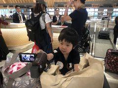 6日目  日曜日 帰国の日です 空港までの送迎の車のピックアップは6時 ホテルから朝食頂き空港まで送迎してもらえました。 朝早いからか空港は人少なめ チェックインもすぐ終わり ホテルから頂いた朝食を頂きます! てか4人分ある…。 4歳児と0歳児の分まである…。 ありがたいのですが多すぎますw 食べ物は出国審査で通せないので 食べれるだけ食べましたが残り捨てました。 もったいないね…。