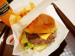 たくさん歩いた後はアラモアナのフードコートでハンバーガー。 上下が大きくずれてて食べにくかったです(>_<)