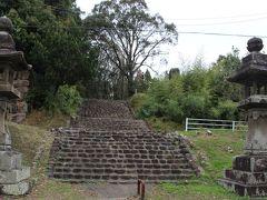 皇宮神社へ向かいます。 階段の幅が狭いからここ登っちゃいけないのかと思った。
