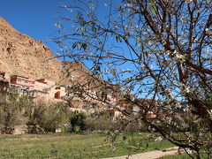 トドラ渓谷②村(10:00) オアシスの村で一旦車を降りて、村の民家を訪ねます。