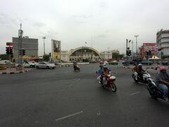 本日はバンコクの中華街、ヤワラートに行ってみる。MRTを降りて歩くと見えて来た国鉄のファランポーン駅。