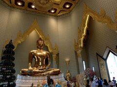 高さ3メートル、5.5トンの金で造られたこの仏像。時価100億円を超える価値があるそうです。