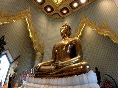造られた当初は漆喰に覆われていたが1985年に仏像を運び出そうとした際に中から黄金の仏像が発見された。