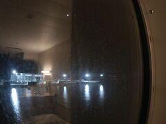 5時40分、東予港入港です。 辺りはまだ、真っ暗。暗闇の中に東予港のターミナルビルが見えて来ました。