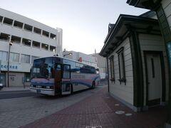 東予港から1時間20分。ついに道後温泉に到着。  明るくなったのでバスの写真を1枚。 ブルーリボンとはこんなバスです。貴重な乗車体験ができましたよ。  というか降りる頃になって車内が暖まって来たんですけど(笑)