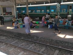ヤンゴン中央駅に到着。乗り換えてインセイン方面へ。  6、7番ホームの売り場でチケットを買った。200チャット トイレは乗り場とは反対側のホームの端っこにあった。