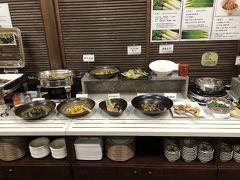 和食メインのビュッフェ そんなに数は多くないけど、ひとつひとつ丁寧に作られている感じがして美味しいです。 やっぱり日本のビュッフェが最高だなあ…  このレストランには宿泊客以外にも近所の作業員の方が何組かいて、朝からにぎわってました。地元で人気なのかな?