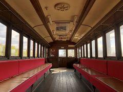 中が…また素敵!! さっきの蒸気機関車のほうは運転席と荷台だけだったので、客室部分に入れるのはうれしいです。  千と千尋の電車みたいだなあ