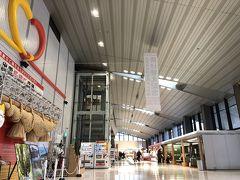 出雲市駅から空港連絡バスで出雲空港へ 古いしめ縄が飾られてました。  日程が短くて行けなかったけど、次来るときは鳥取側のほうも行きたい!