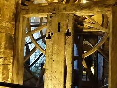 最初は鐘を鳴らす大がかりな歯車かと思いましたが主人は時計だろうと言い