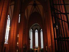 大聖堂。ヨーロッパの煌びやか感はなく、重厚で厳かな雰囲気。