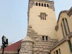 青島キリスト教会は、聖ミカエル大聖堂と同じくドイツ人が建てた教会ですが、こちらは素朴な作り。