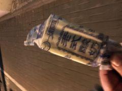 ファミマで購入。 6元ぐらいだったかな。 薄い紙が巻いてあるだけの、アジのある アイスキャンディ(昔の日本は、こういうアイスがあったのだと想像しています)